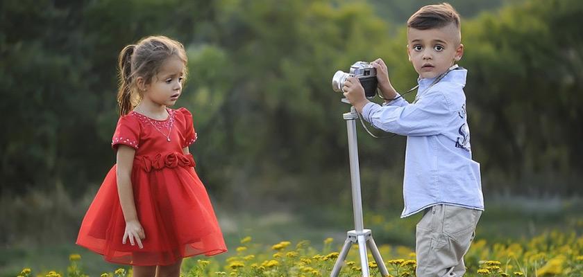 Biokleidung kinder spielen und fotografieren