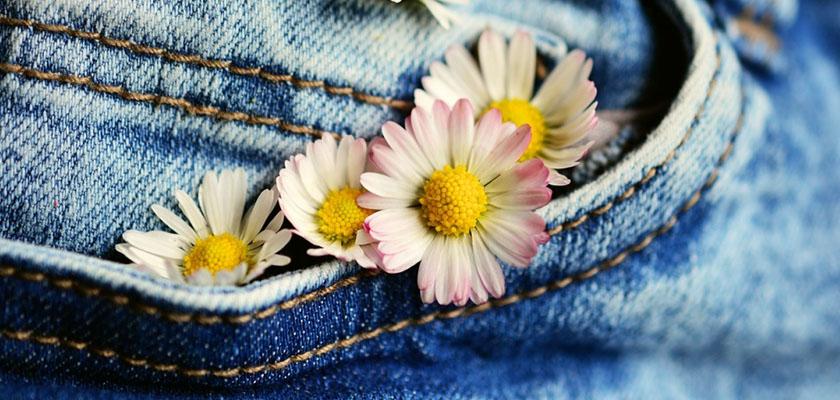 Biokleidung blumen in jeans